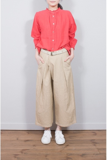 スタンド衿にあしらったシングルフリルがポイントのブラウス。フリルが甘めの印象なので、メンズライクなボトムスとのスタイリングがおすすめです。淡い色味が多くなりがちな夏コーデに、華やかなピンクを差し色としていかが?
