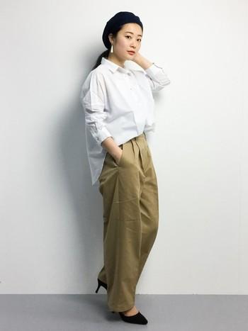 ホワイトシャツの定番コーデのポイントは、フロントだけINした裾。たったこれだけで、すっきりと見えます。ワイドパンツにパンプスを合わせて大人っぽくまとめたスタイリングが素敵。このまま足元をスニーカーに履き替えれば、大人のカジュアルスタイルが完成♪ベレー帽ではずしをいれた技ありコーデはぜひ参考にしてみて。