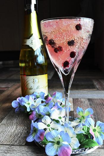 ワインから特殊技術でアルコールを分離したベルギーの「デュク・ドゥ・モンターニュ」、クラッシュしたぶどうゼリー、ワイルドベリー(冷凍ブルーベリーでもOK)を使っています。