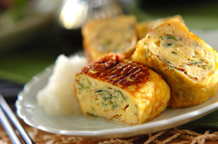 風味豊かなしらす干しのだし巻き卵は、三つ葉が爽やかに香る美味しい一品。食卓にはもちろん、お弁当にもピッタリのメニューです。卵に加える「作り置き甘酢」は、和え物や炒め物など、いろいろな料理に使える万能調味料。こちらもぜひ、レシピを参考にしてくださいね。