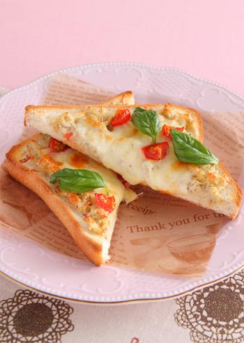 バジルの香りとトマトの酸味が爽やかな「しらすチーズトースト」。朝食にはもちろん、ワインのおつまみにもぴったりの一品です。手早く簡単に作れるので、夜食やおやつにも◎。