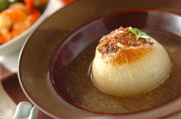 新玉ねぎと相性抜群のひき肉を使った洋風のおしゃれレシピ。毎日の食卓はもちろん、おもてなしメニューとしても喜ばれそうです。