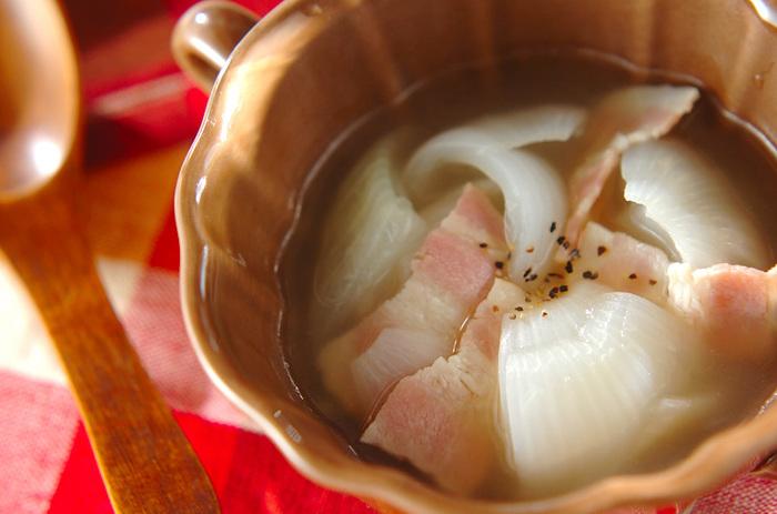 新玉ねぎに切り込みを入れ、間にベーコンを挟むだけのシンプルなスープ。ベーコンの塩味が新玉ねぎにしみ込んで優しい中にも深みのある味わいに。