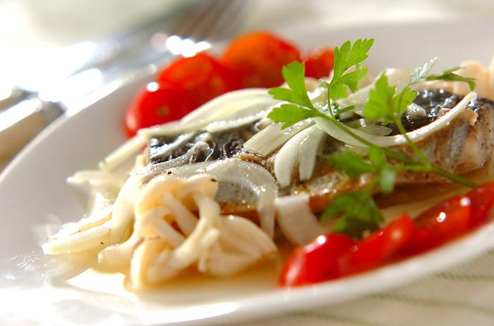焼いた白身魚をマリネ液に漬けて作るレシピ。冷蔵庫でひんやりさせてからさっぱりといただきます。見た目はメイン料理に相応しい、華やかなレシピです。