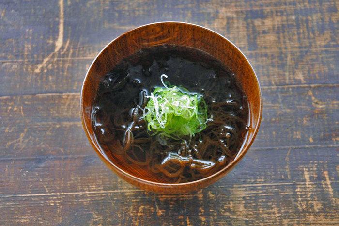 酢の物の次に、定番にしたくなるのが、もずくのスープ。磯の香りがふわっと広がっておいしそう。シンプルに出し汁でお吸い物のように仕上げるこちらのレシピは、ヘルシーなもずくたっぷりで、手軽にささっと作れるのが魅力的です。