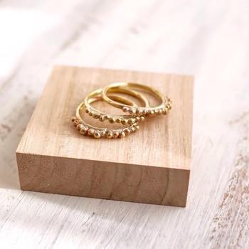 900度まで熱して粒を作った真鍮のリング。世界で一つだけのデザインとして、プレゼントにも喜ばれそうです。