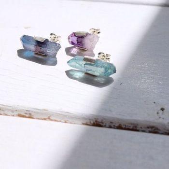 タンザナイトオーラ、アクアオーラ、アメジストの3種類があるこちらのピアスは、結晶をそのまま使って出来上がった作品です。自然界の美しさが凝縮されており、いつまでも眺めていたくなるようなアクセサリーです。