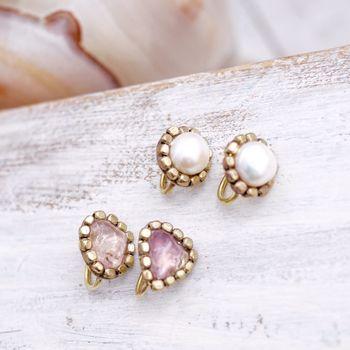 アメジストとフレッシュウォーターパールの2種類があるイヤリング。大きめの石が使われているので、耳元が一気に華やかになります。