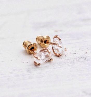 ハーキマーダイヤモンドを使ったピアス。小さめサイズなので、その繊細さから女性らしさを演出してくれそうです。