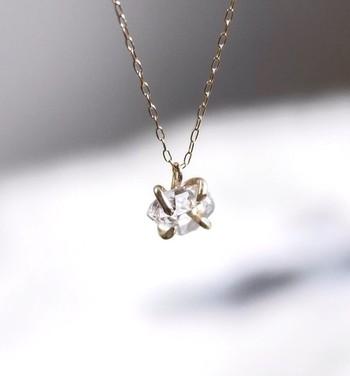 こちらのシンプルなネックレスは、ニューヨークのハーキマー鉱山で採れたハーキマーダイヤモンドを使用しているそうです。高い透明度で有名なハーキマーダイヤモンドは、パワーストーンとしても人気です。長く、お守りのように大切にしたい一品です。