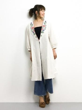襟元のステッチと、お花の刺繍がキュート!首元がすっきりして、ワイドパンツとの相性も◎ジャケット代わりにさっと羽織ってもいいですね。