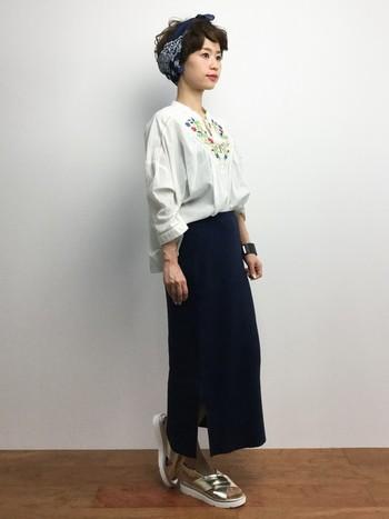 モノトーンのタイトスカートで、刺繍のブラウスが大人っぽい雰囲気に。モノトーンシックなコーデも、刺繍があると華やかですね。メタリックスポーツサンダルがアクセントになっています。