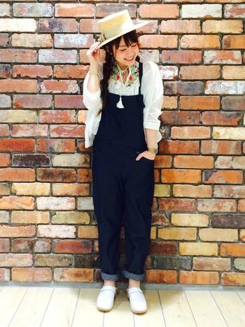 乙女チックな刺繍ブラウスを、オールインワンでボーイッシュに。カウボーイハットで、元気良く!