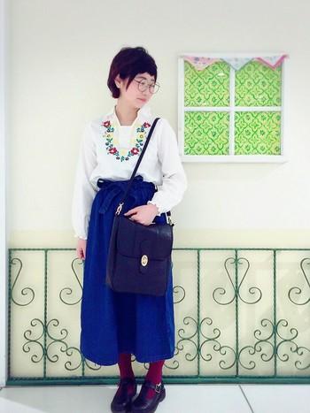 ガーリーなコーデでありながらも、刺繍と同じ色のタイツと、カバンが個性的。黒でうまく引き締めています。