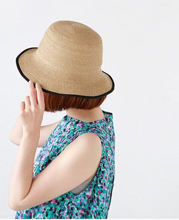柔らかく丈夫なペーパーブレードを使用したチューリップハット。つば先に向けてゆるやかにフレアーした女性らしいデザインが特徴です。フェイスラインをカバーするので、被る人を選ばないのも特徴。上品さを兼ね備え、女性らしいシルエットが魅力的。シンプルなデザインだからテキスタイルの洋服にも良く似合いますね。