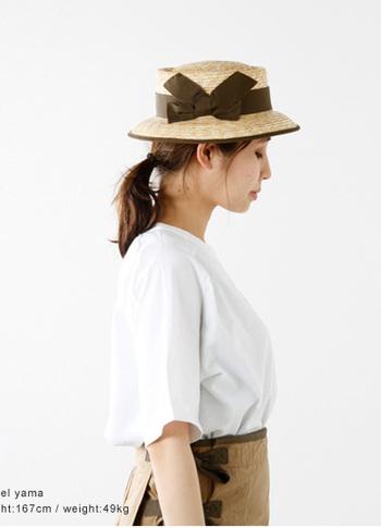 NIGEL CABOURN(ナイジェルケーボン)のリボンボーターナローハット。ボーイッシュな雰囲気が共存するナイジェルケーボンらしいデザインで、大きなリボンが特徴的です。個性的なシルエットはマリンコーデにはもちろん、Tシャツスタイルにさらりと合わせてもとってもおしゃれです。