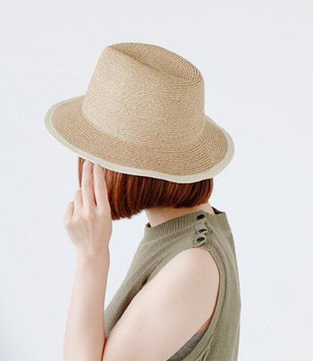 柔らかく丈夫なペーパーブレードを使用した中折れつば広ハット。女性らしい色合いとデザインで、バランスの良いシルエットが魅力的。とてもシンプルなデザインのため普段使いにもぴったりで、約6.5cmのブリムが顔や首周りを日差しから守ってくれます。