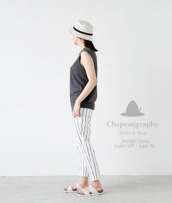 Chapeaugraphy(シャポーグラフィー)の綿麻シャンブレーバケットハット。綿麻素材が素朴で柔らかく、軽い被り心地。山や海でのレジャーでも幅広く使用できるクセのないデザインが人気です。ホワイト×ブラックの2トーンに合わせて、シンプルな着こなしにまとめたいですね。