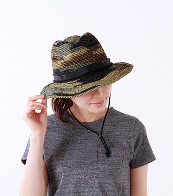 THE NORTH FACE(ノースフェイス)のノベルティラフィアハット。強度のあるラフィアをしっかり編んだ、ミリタリーテイストの一風変わったデザインです。約9.5cmのツバがしっかり日差しをカット。シンプルな着こなしにこの帽子を合わせて、トレンド感をプラスしたコーディネートにオススメです♪