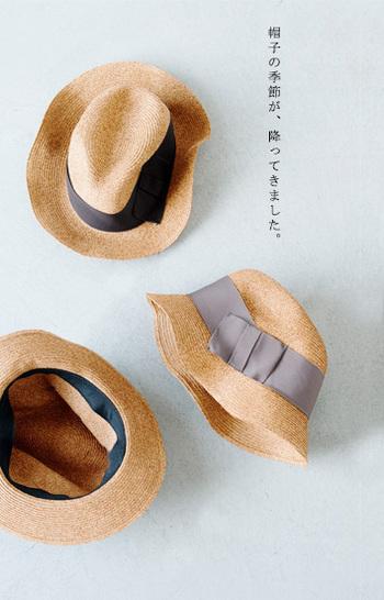 スタイリングに季節感を与えるラフィア・ストローハット。 風通しが良いため帽子内側の熱を外に出します。また直射日光を避けつつ頭部を涼しく保つ機能的なアイテムです。