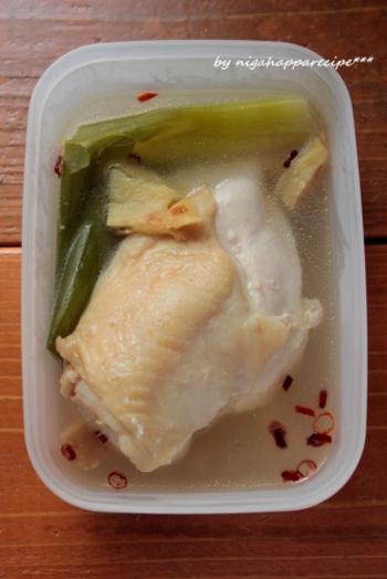 """作り置きの定番、""""香味茹で鶏""""のレシピ。茹で汁ごと保存容器に入れれば、冷蔵庫で約一週間ほど日持ちします。長時間漬けるので、しっとりおいしく仕上がりますよ♪"""