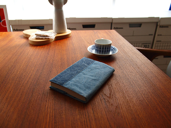 SIWAのとっても味のあるブックカバー。こちらはFree Desighnさんの別注カラーなんです。配色感がシックで上品なブックカバーに仕上がっています。 【Free Design×SIWA Bi-Color Series Book Cover  - Free Design別注カラー 紙和(シワ)バイカラーシリーズ ブックカバー 文庫サイズ】2,020円(税込)