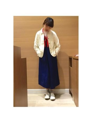 紺のオールインワンにさらりと白のカバーオールを羽織り、差し色に赤のスカーフを巻くだけ。マリンなニュアンスでちょっと涼しげな今の時期にぴったりのコーデ!