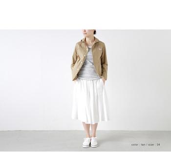 ナチュラルなコットンTシャツやスカートで合わせ、ワークジャケットをカジュアルに落とし込みます。シンプルなボーダー柄やスニーカーでデイリーコーデにアクセントを。