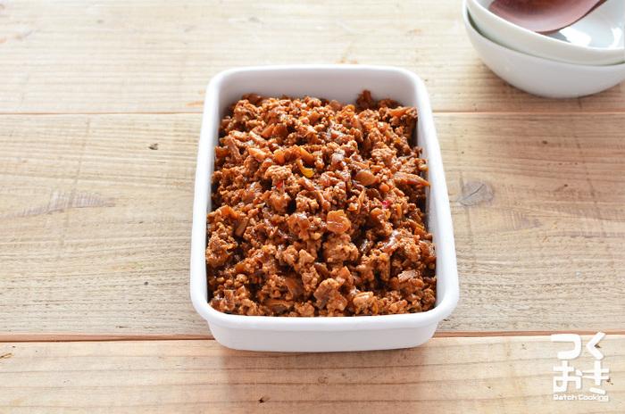 冷凍保存もできる便利な肉味噌。濃いめの味なのでそのままご飯や麺にのせても良いですし、野菜と一緒に炒めて手早く一品作ることもできます。脂身少なめのひき肉を使うと、冷凍した時に油分が浮かない綺麗な仕上がりに。