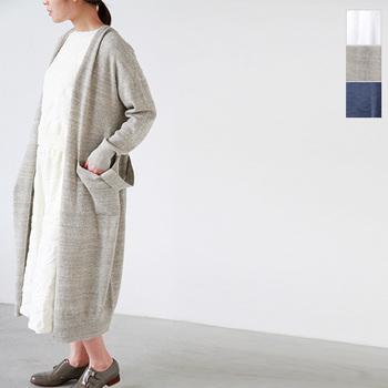ホワイトのセットアップと合わせたロングカーディガンは、腰紐のついたガウンタイプ。腰に巻いて縛ってもかわいく、後ろでゆるく結んでもかわいいですよね!一着持っていたいデザインです。