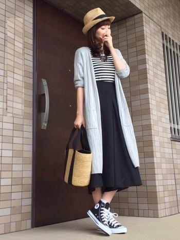 もちろん、スカートにも合うのがロングカーディガン。スカートの裾と一緒に広がるカーデがかわいい♡スニーカーで合わせれば可愛すぎずキレイすぎないラフなコーディネートに♪