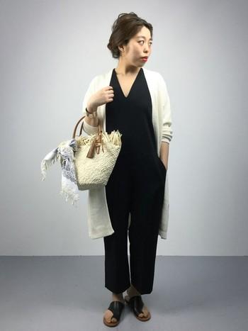 Vネックで大人っぽいオールインワンには、シンプルにホワイトのロングカーデを合わせて。ホワイトのカゴバッグとサンダルがカジュアルダウンのアイテムに!