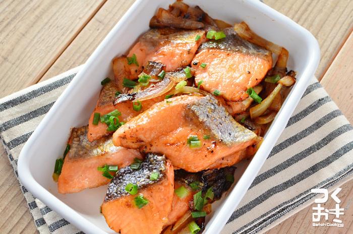 暑い日でも、醤油とレモン汁でさっぱりと鮭を楽しめます。ネギや玉ねぎなどの野菜をプラスしたら、お弁当のボリュームもアップ。