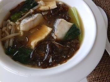 タラ、油揚げ、えのき、そしてもずく...、それぞれの素材の出汁が濃厚に絡み合った絶品スープ。ボリュームもあって、見栄えがするのもうれしいですね。