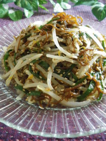 ゴマ油の香りが食欲を刺激するナムル。もずくを加えて、さらに食感も香りも豊かに。たっぷりな野菜でヘルシーな副菜メニュー。