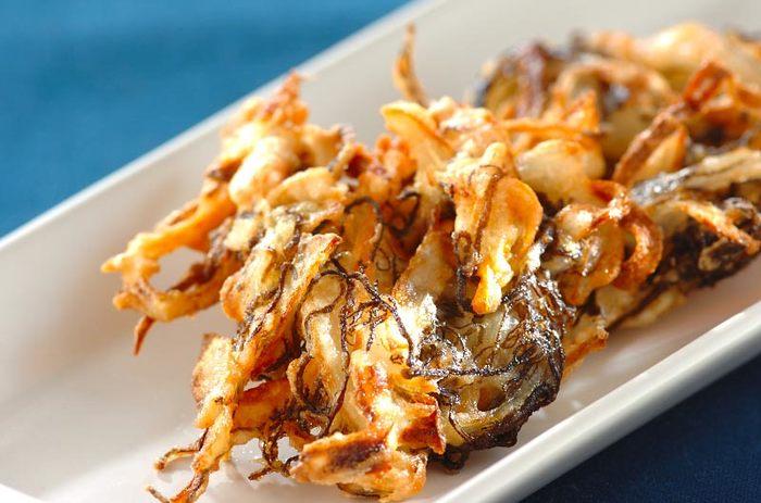 沖縄料理屋などで目にするもずくの天ぷら。具材の美味しさはもちろん、外側がカリッと中はふんわりとした衣を存分に味わうのが醍醐味。磯の香りと、自然な甘みが絶品です。シンプルにもずくだけで揚げても美味しいですが、人参や玉ねぎと一緒にかき揚げにして、食感の豊かさを楽しんでみてもいいですね。