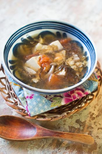 辛さと酸っぱさが後を引くサンラータンスープ。こちらのレシピでは、市販のもずく酢の酸味を上手く活用しています。生のもずくを使うなら、お酢を適宜加えて作りましょう。