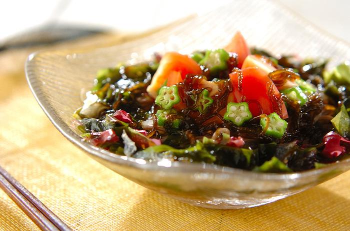 そばの上に、もずくをはじめ、トマト、大根、オクラ、海藻など、たっぷりの野菜をトッピングして。ビタミン、ミネラル豊富。美容や体調が気になるときに、活用してみたいレシピです。