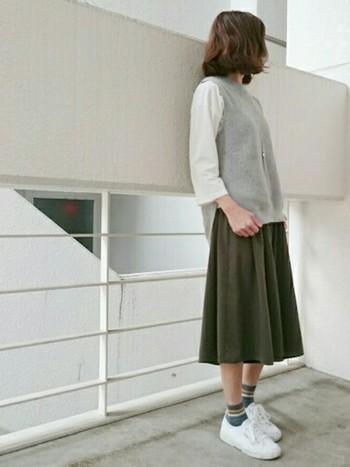 一見力強いミリタリー感のあるカーキですが、カーキスカートはとっても上品で控えめな印象に。スニーカーで合わせてカジュアルでもよし、ヒールで合わせると一気に女性らしいコーディネートになりますよ♪