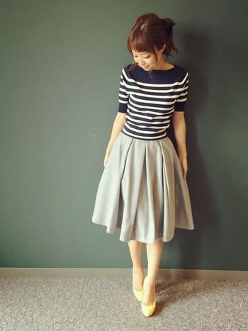 ネイビー地のニットはシックで女性らしく、どんなコーディネートにもぴったりです!ふんわりスカートで合わせれば上品なスタイリングに。