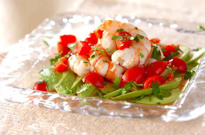 トマトとエビ、どちらもマリネに合う上に味も◎。グリーンの葉物と合わせると、見た目も華やかで食卓を明るくしてくれる嬉しい組み合わせです。