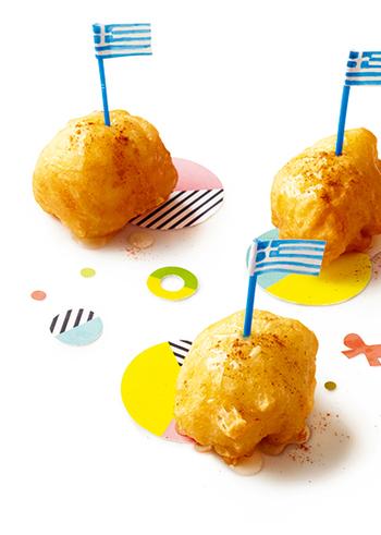 """フリッターのような見た目のお菓子""""ルクマデス""""とは、ギリシャ生まれの生地の軽いドーナツのこと。外はカリッと、中はもちもちとした食感が楽しい♪本場のようにはちみつをかけていただきましょう。シナモンシュガーやきな粉など、お好みでアレンジするのも◎。"""