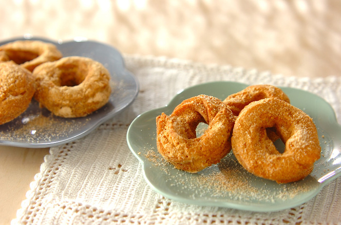 さっくりよりもっとカリッとした食感のドーナツが食べたいなら、こちらのクッキードーナツがおすすめ。発酵を待つことなく、すぐに揚げ始めることができます。香ばしくて、きな粉やゴマとの相性もバツグン♪