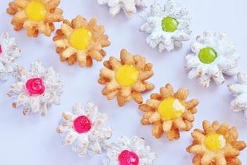 とっても可愛いフラワークッキードーナツのレシピ。オールドファッション系の生地を、クッキーのように花形にくり抜いて重ねています。生クリームを詰めたり、温めたフルーツのピュレをのせたりと、可愛くデコレーションしたいですね♪