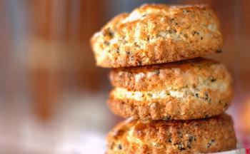 噛めば噛む程にゴマとバターの香りが口いっぱいに広がります。コーヒーにも日本茶にも合う一品に。