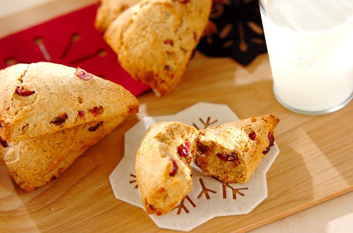 甘酸っぱいクランベリーとホロホロっとした生地が美味しいスコーン。朝食に温め直し、バターやハチミツを付けても美味しく頂けます。
