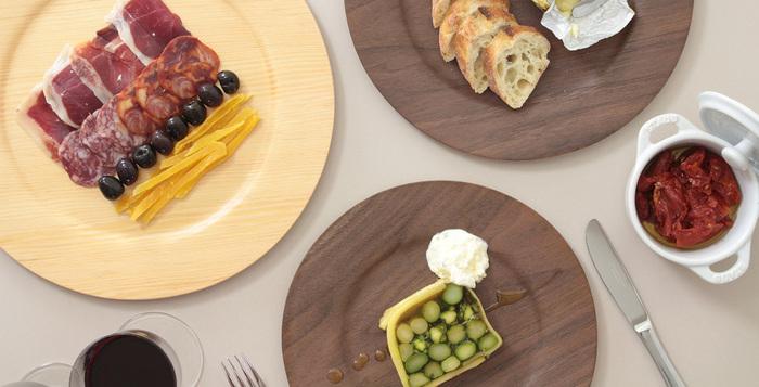 お料理が美しく盛り付けられるワイドリム皿。洋風料理にぴったり。そのまま盛り付けるのはもちろん、陶磁器のお皿の下皿として使用するのもおすすめ。熱々のお料理を直接テーブルに載せるとテーブルをいためてしまう恐れがあるので、これはいいアイデアかも。