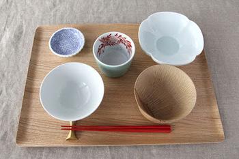 お盆として食卓に運ぶときにとっても便利。そのまま食卓に出しても素敵です。お盆をさっと拭くだけで、テーブルの後片付けもラクにできますね。