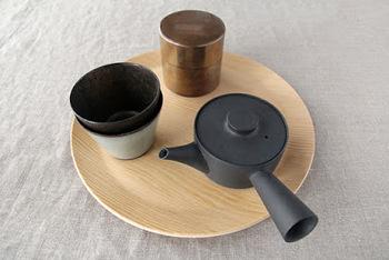 茶たくとして普段のインテリアに取り入れてみては。お茶請けなどを盛り付けるのにも向いています。