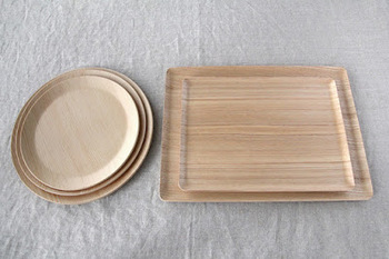 サイズの異なるリム皿とトレーは、毎日の食卓に大活躍。ナチュラルな生成り色の木の器は、食卓に温かみを感じさせてくれます。